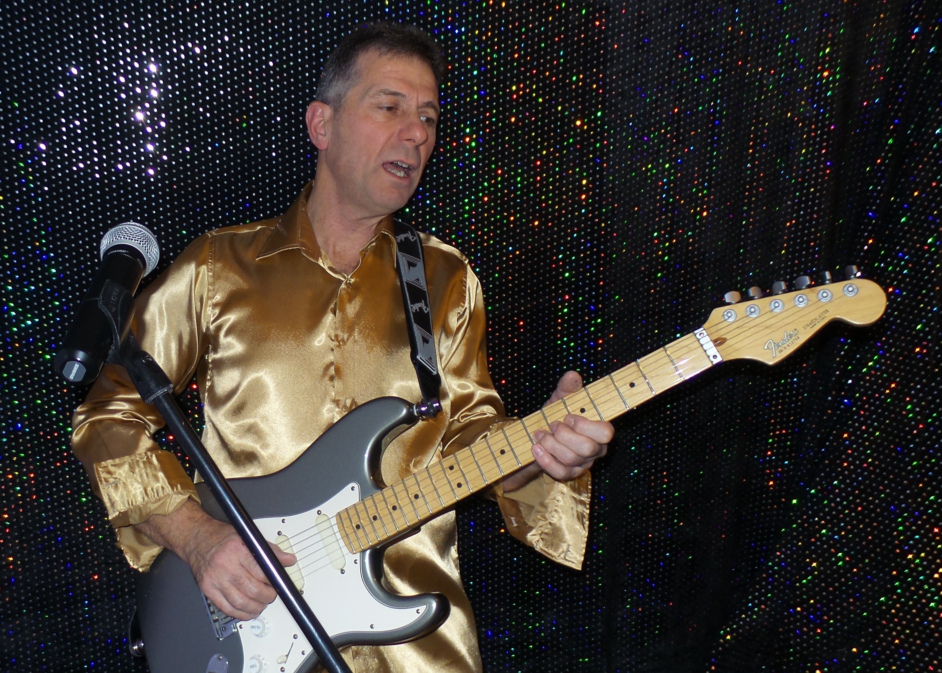 Phill Gold aka Phil Muswell Male Vocalist & Guitarist